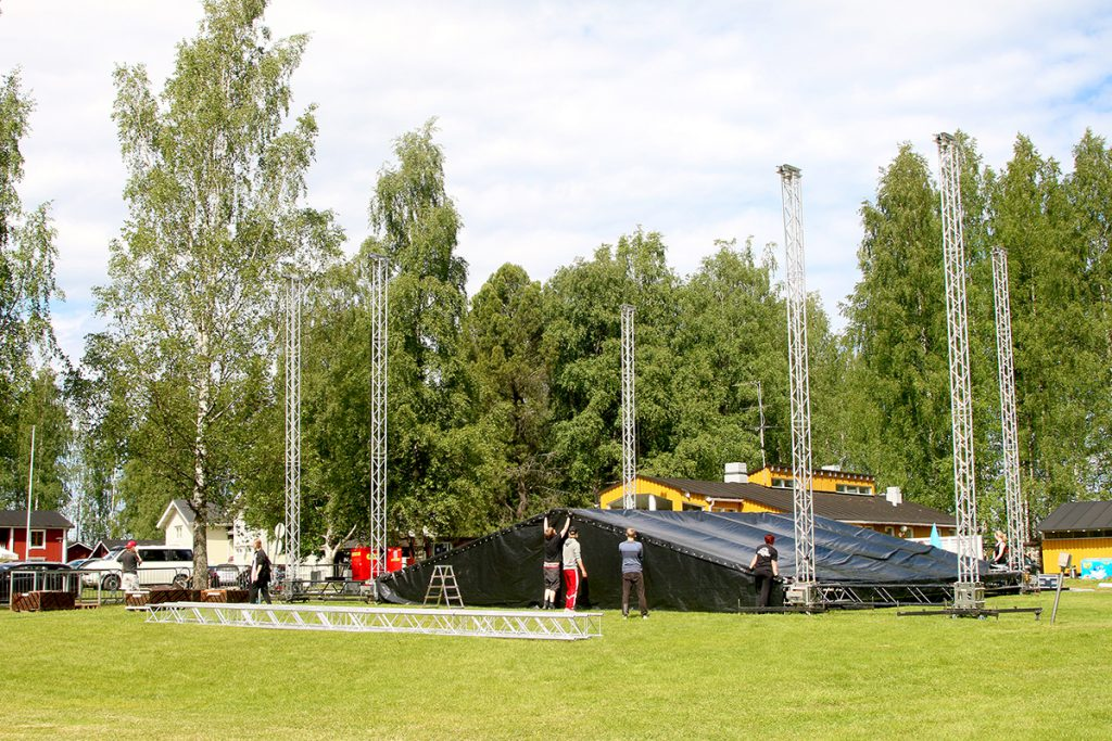Koljonvirran alueella rakennettiin esiintymislavaa viikonlopun IskelmäKesä-tapahtumaa varten jo keskiviikkona.
